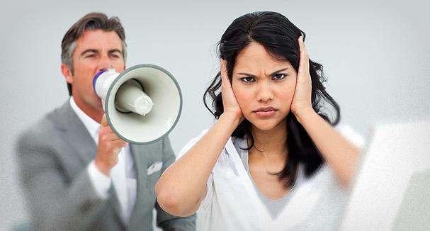 Homme criant dans un mégaphone contre une femme