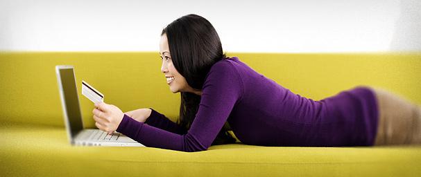 Femme dans son canapé sur son ordinateur
