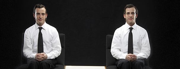 Jumeaux assis l'un à côté de l'autre