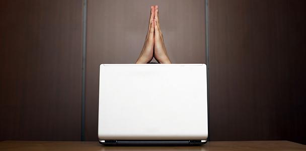 Prière devant un ordinateur portable