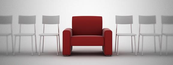 Fauteuil rouge avec des chaises de part et d'autre