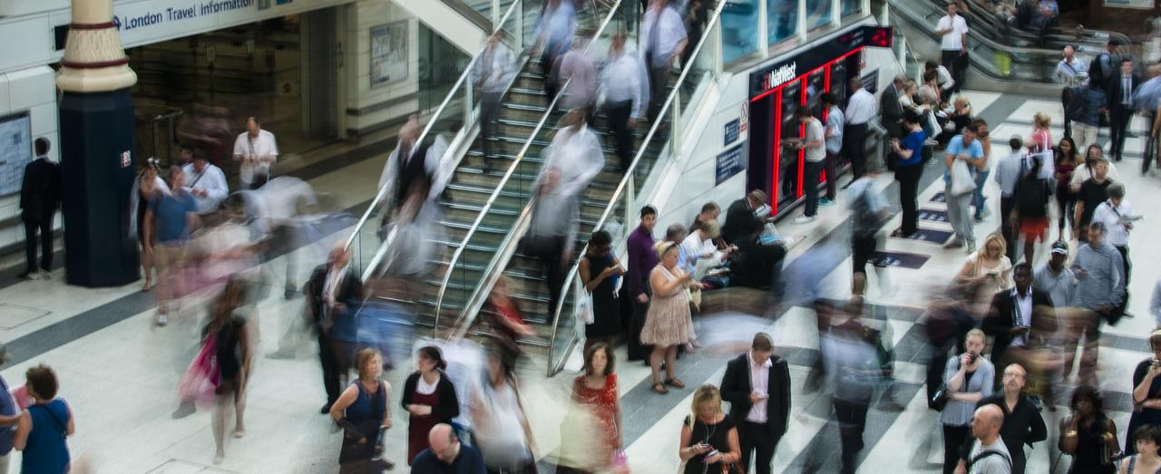 Foule d'utilisateurs quotidiens du métro londonien
