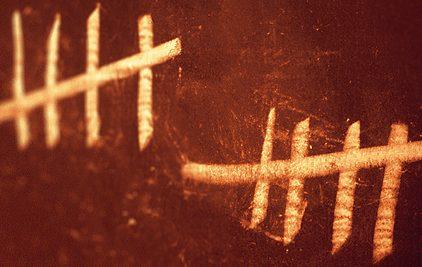 Inscription à la craie sur une plaque de taule rouillée